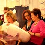 Maria Carmela Todisco (al centro) mentre impartisce lezioni nel corso dell'atelier alla Fiera di Parma (b15g)