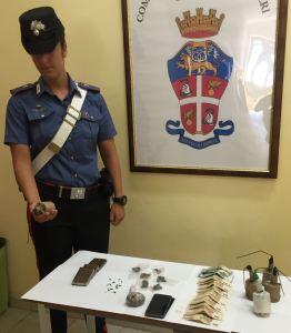 carabinieri La droga e le bombe carta sequestrate.