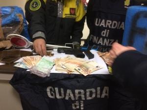 Il denaro sequestrato nell'operazione di polizia